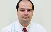 Descrição: http://cirurgiadamao2.tempsite.ws/Images/imagens_servicos_credenciados/instituto_ortopedia_traumatologia_santa_catarina/04-Dr-Adriano-Mauricio-Santos.png